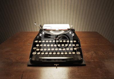 Stare maszyny do pisania na drewniane biurko