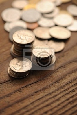 Stare monety na drewnianym stole, płytkie dof