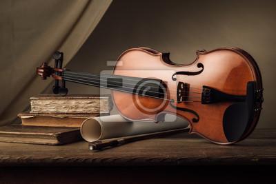 Stare skrzypce martwa natura z książek