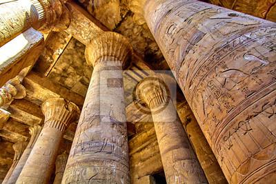 Naklejka Starożytne ruiny egipskiej architektury. Olumns Świątyni Horusa w Edfu, w Egipcie