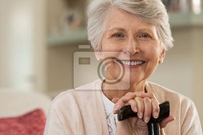 Naklejka Starsza kobieta ono uśmiecha się w domu
