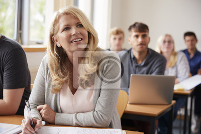 Naklejka Starsza kobieta w kolegium uczęszcza do szkoły dla dorosłych