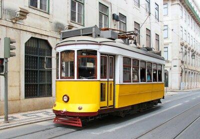 Naklejka Stary żółty tramwaj w Lizbonie, Portugalia