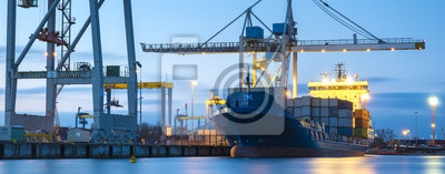 Naklejka Statki handlowe w porcie morskim