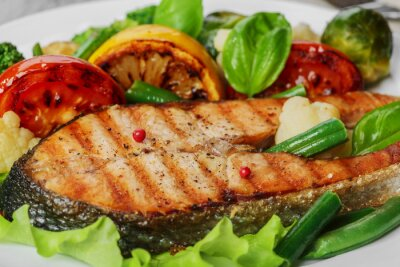Naklejka Stek z grilla łosoś z warzywami na talerzu