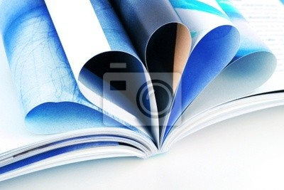 Naklejka Stos otwarte czasopism samodzielnie na białym tle