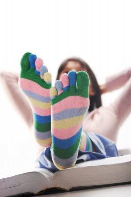 Student relaks z nogami na biurku, podobny obraz