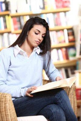 studentka z książką w bibliotece