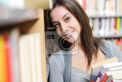 studentów z stos książek w bibliotece