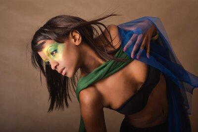 Naklejka Studio portret pięknej dziewczyny z brazylijskiej glamour makijażu