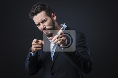 Stylowe mężczyzna wskazując palcami