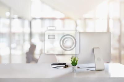 Naklejka Stylowe miejsce do pracy z komputerem stacjonarnym, artykułami biurowymi, houseplant i książkami w biurze. koncepcja pracy biurko.
