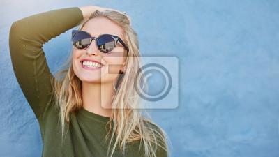 Naklejka Stylowy młoda kobieta w okularach uśmiecha