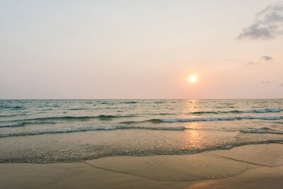 Naklejka Sunshine z łagodnym fali na tropikalnej plaży
