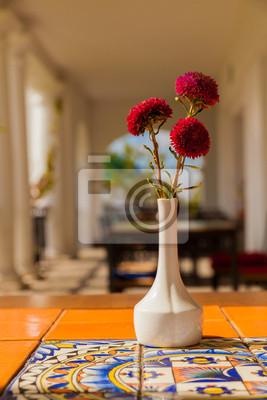 Suszone Kwiaty W Ceramicznym Wazonie Na Stole Z Arabskiej Ornament Naklejki Redro