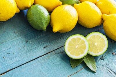 Naklejka Świeże cytryny na drewnianym stole