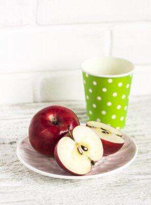Naklejka Świeże czerwone jabłka na jasnym tle drewniane