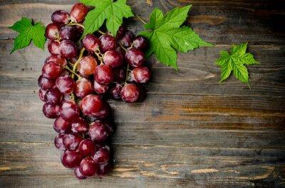 Naklejka Świeże czerwonych winogron na drewnianym tle