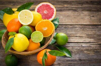Naklejka Świeże i soczyste owoce cytrusowe w koszyku na tamtejsze tabeli