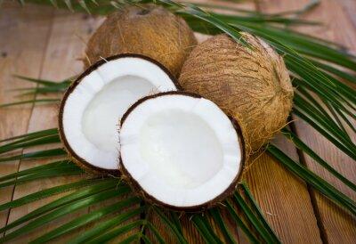 Naklejka Świeże kokosy na stole