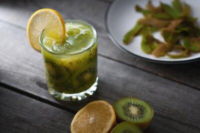 Naklejka Świeże owoce kiwi i pomarańczowy, zdrowy napój na drewnianym stole.