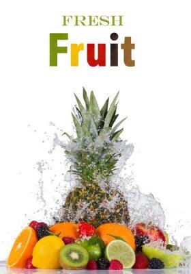 Naklejka Świeże owoce w plusk wody na białym tle