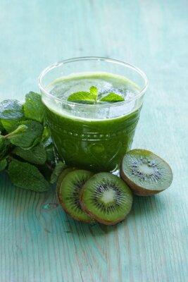 Naklejka świeże zielone kiwi sok i mięty w szklance