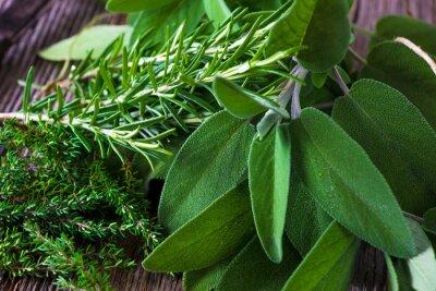 Naklejka Świeżo zebrane zioła ze starymi zabytkowymi nożyczkami na tle drewna.