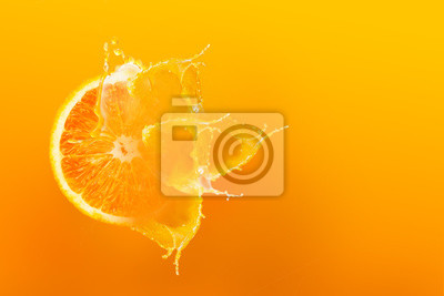 Naklejka Świeży połówka plasterek dojrzały pomarańczowy owocowy floation z pluśnięcie kroplą na soku pomarańczowym z kopii przestrzenią