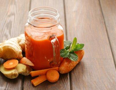 Naklejka Świeży sok z marchwi (koktajle) w szklanym słoju, zdrowa żywność