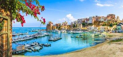 Naklejka Sycylijski port Castellammare del Golfo, niesamowita nadmorska wioska Sycylia wyspa, prowincja Trapani, Włochy
