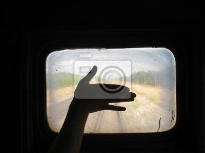 Sylwetka dłoń na tle pociągu oknie Brudny