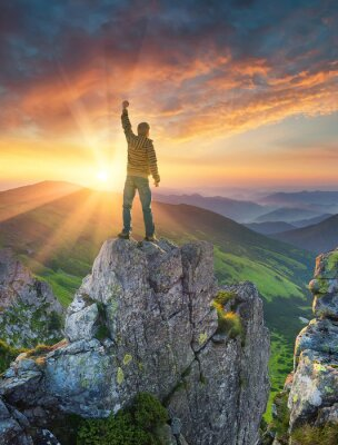 Naklejka Sylwetka mistrza na szczyt górski. Aktywny koncepcja życia.