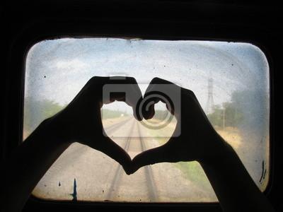 Sylwetka ręce tworzenie Serce na brudne okna pociągu