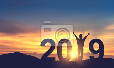 Naklejka Sylwetka wolności młoda kobieta Cieszący na wzgórzu i 2019 rok podczas gdy świętujący nowego roku, kopia spce.