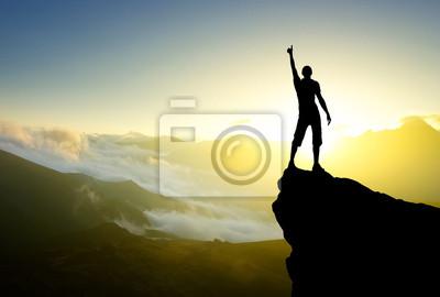 Sylwetka zwycięzcy na szczycie góry. Aktywne koncepcja życia