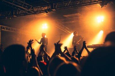 Naklejka sylwetki ręce na koncert przed jasnych świateł scenicznych