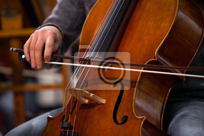 Naklejka Szczegóły na wiolonczeli w rękach muzyka