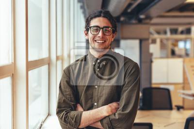 Naklejka Szczęśliwa biznesmen pozycja w biurze
