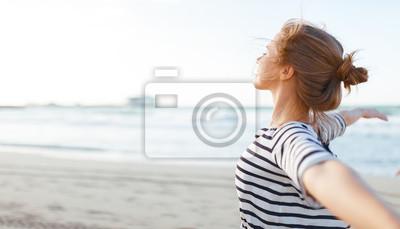 Naklejka szczęśliwa kobieta cieszyć się wolnością z otwartymi rękami na morzu