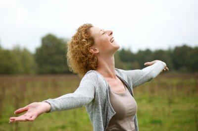 Naklejka Szczęśliwa kobieta w średnim wieku cieszyć się życiem