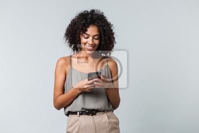 Naklejka Szczęśliwa młoda afrykańska kobieta casualy ubierał stać