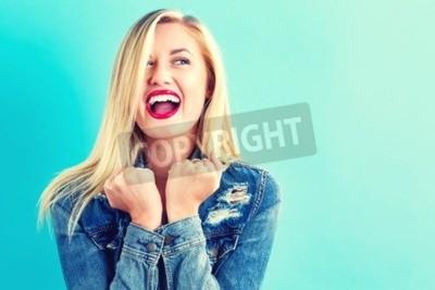 Naklejka Szczęśliwa młoda kobieta na błękitnym tle