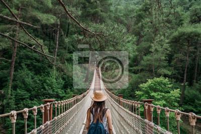 Naklejka Szczęśliwa podróży kobieta na urlopowym pojęciu. Zabawny podróżnik cieszy się swoją podróżą i gotowy do przygody