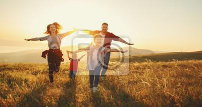 Naklejka Szczęśliwa rodzina: matka, ojciec, dzieci, syn i córka na zachód słońca