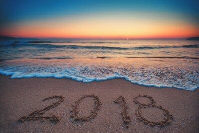 Naklejka Szczęśliwego nowego roku 2018 koncepcja, napis na plaży. Sunrise morza.