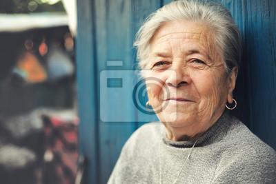 Naklejka Szczęśliwy stary senior kobieta uśmiecha się na zewnątrz