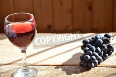 Szczotkuje czarnych winogrona na drewnianej powierzchni, kopii przestrzeń. czerwone wino i winogrona. Wino i winogrona w rocznika położeniu z korkami na drewnianym stole. z czerwonymi liśćmi. koncepcj