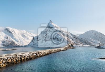 Szczyt górski i most na jeziorze. Naturalny krajobraz w Norwegii