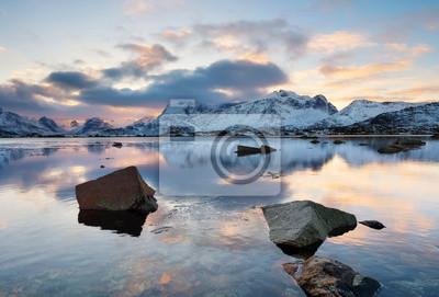 Szczyt górski i odbicie na powierzchni wody. Naturalny krajobraz w Norwegii